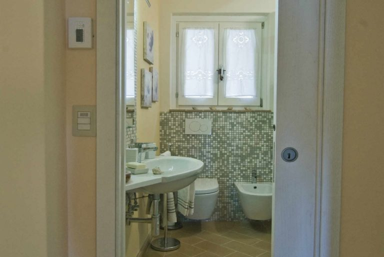 casa-vacanze-perugia-bagno-vista